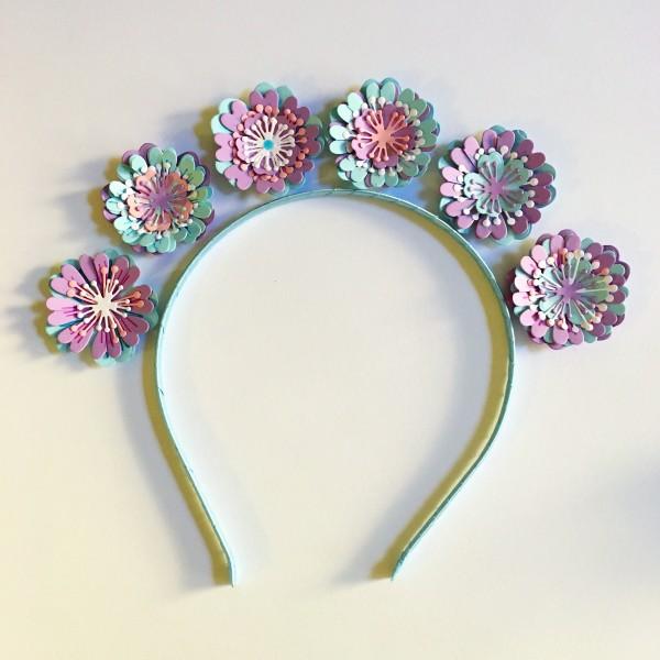 диадема с хартиени цветя