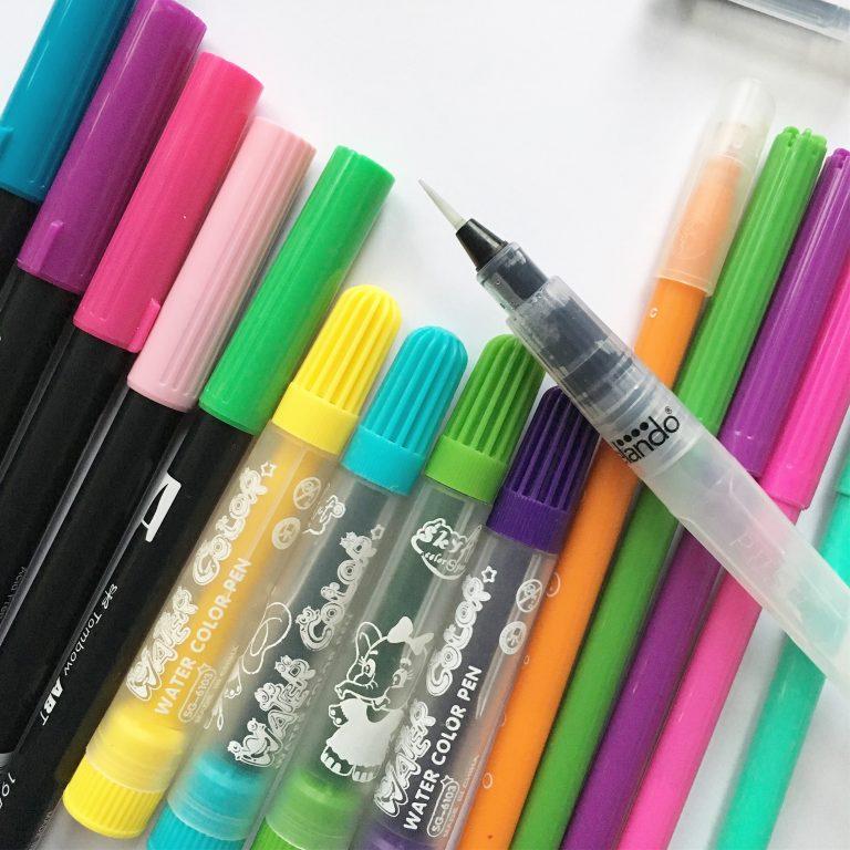 маркери в различни ярки цветове и четка с контейнер