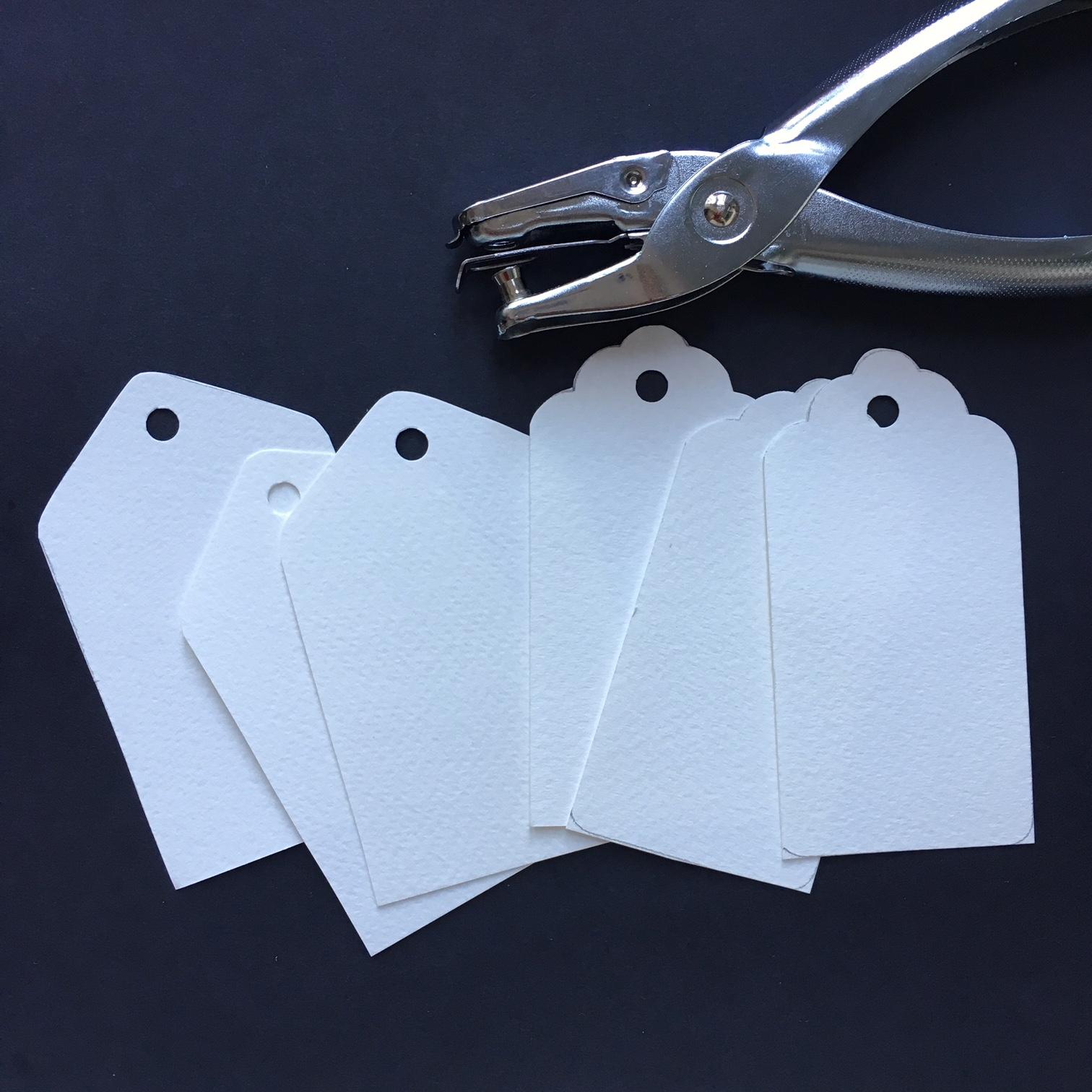 заготовки за коледни тагове от бял картон с дупка