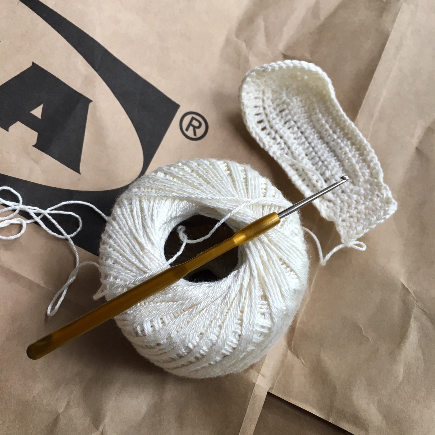 хартиени животни от торба ан ИКЕА - оплитане на ушите на една кука